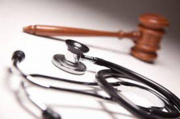 Detienen a dos médicos acusados de violar a una pasante