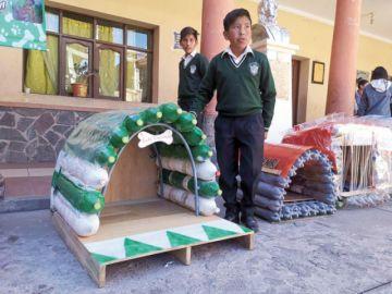 Estudiantes de 3 colegios entregan casas para perros