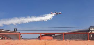 Supertanker realiza descargas en Tarija para sofocar incendios en Sama