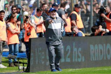Maradona debuta con derrota al frente del Lobo
