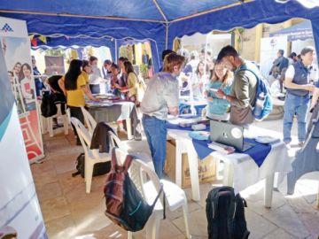 El aporte internacional  destaca en feria de becas