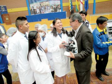 Laboratorios: Entregan equipos para colegios