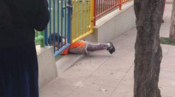 Niños hacen peripecias para ingresar a un parque que solo se abre fines de semana