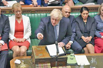 Johnson lanza un desafío y pide moción de censura