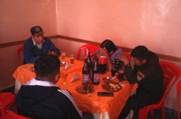 Acusados de asesinato son encontrados comiendo y bebiendo junto con sus custodios