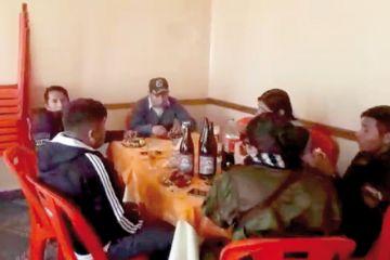 Anuncian sanciones para tres policías que bebían con reclusos