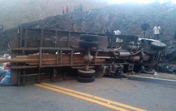 Un camión vuelca y deja 18 muertos y 17 heridos