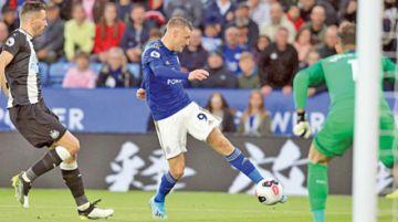 El Leicester no se desprende de los líderes