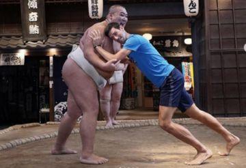 Djokovic, número uno del tenis, incursiona en el sumo