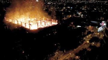 Voraz incendio consume  un edificio en Cochabamba