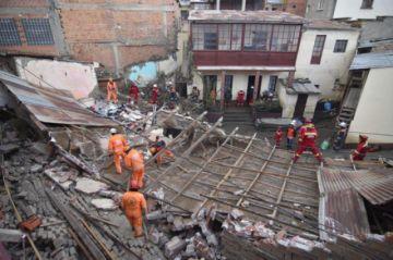 Rayo mata a dos estudiantes y lluvia derrumba una vivienda en La Paz
