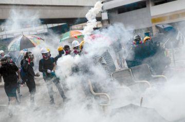 La Policía de Hong Kong dispara a manifestantes
