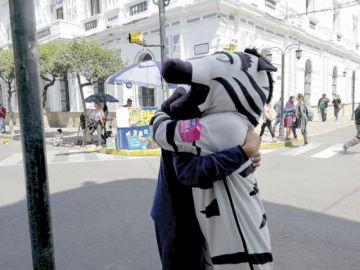 Jóvenes abrazan para erradicar actos violentos