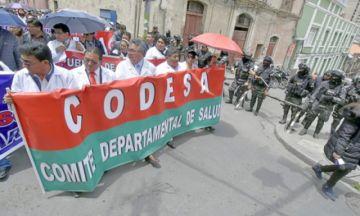 Médicos retoman marchas y Gobierno critica demandas