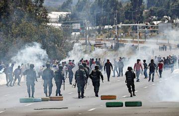 Manifestantes bloquean en su camino hacia Quito