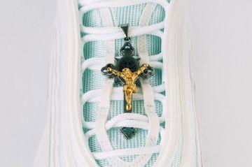"""Las """"Zapatillas de Jesús"""" con agua bendita en las suelas, por 4.000 dólares"""