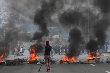 """Ecuatorianos piden cese violencia con """"cacerolazo"""" en mitad de toque de queda"""