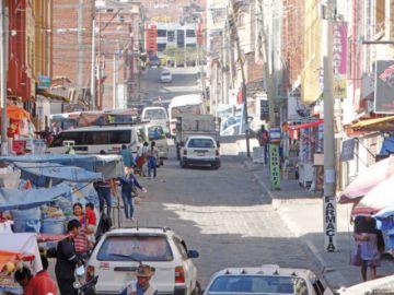 Desorden en calle Jesús Lara causa accidentes de tránsito