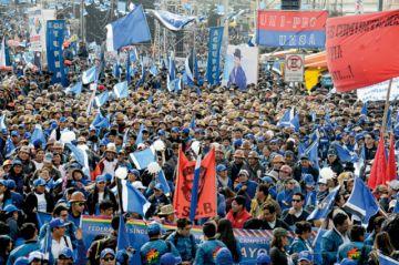 En La Paz, Evo pide 5 años más; oposición se disputa Santa Cruz