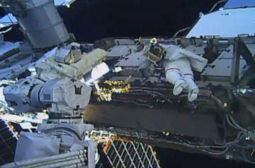 Dos astronautas inician el primer paseo espacial exclusivamente femenino