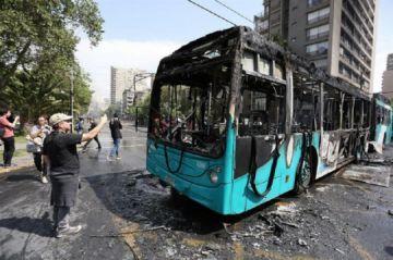Piñera suspende alza de tarifas del metro, en medio de disturbios en Chile