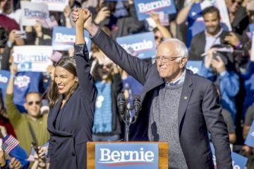 Ocasio-Cortez arropa a Sanders en su regreso