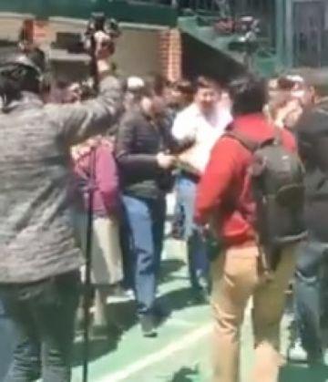 Ministro de Economía recibe silbidos y una cachetada al acudir a votar