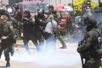 Policía detuvo a un grupo de jóvenes y gasifica a protestantes en Santa Cruz