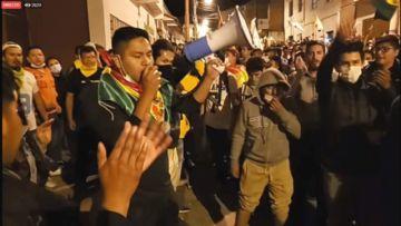 Ciudadanos rompen el cordón policial y llegan a las puertas del TED Chuquisaca