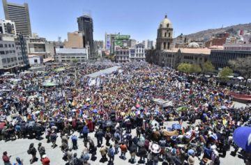 Evo llama a defender golpe; las protestas no se aplacan