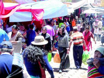 Pobladores abarrotan los mercados