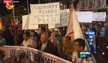 Multitudinaria marcha cívica llega a la plaza 25 de Mayo