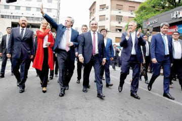Peronistas se dan baño de masas tras su victoria