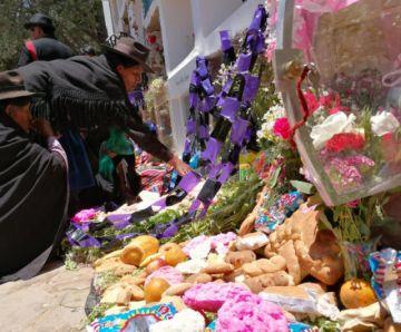 Miles de personas recuerdan a sus difuntos en el cementerio de Sucre