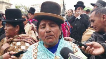 Mujeres que apoyan al Gobierno amenazan con vestir de pollera a Camacho