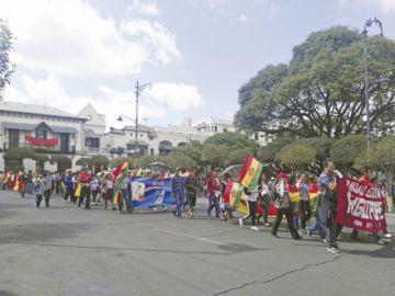 Miles de padres marchan a favor de la democracia