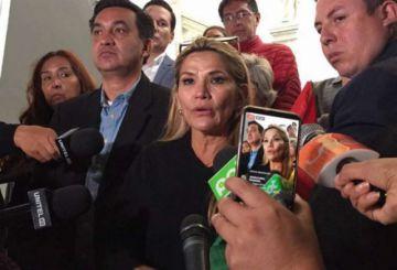 Evacuan a la senadora Áñez y a otros legisladores de la Plaza Murillo