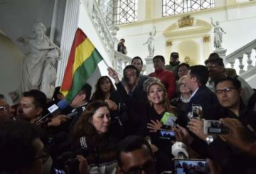 Áñez ofrece garantías a los oficialistas y emite convocatorias para el Senado y la Asamblea
