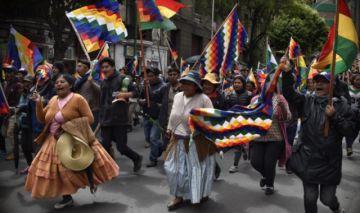 Manifestantes alteños marchan por el centro de La Paz