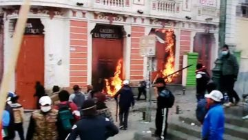 Manifestantes queman un edificio en el centro de La Paz