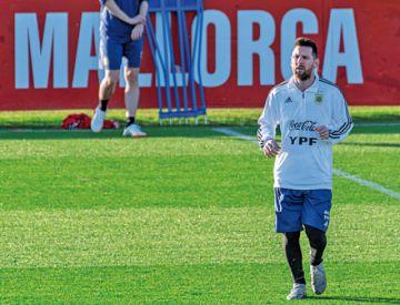 Messi acapara la atención en entrenamiento argentino