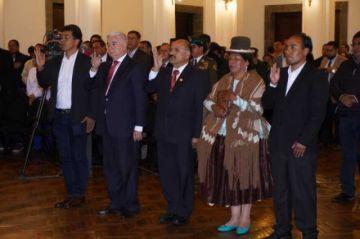 Jeanine Áñez posesiona a cinco nuevos ministros