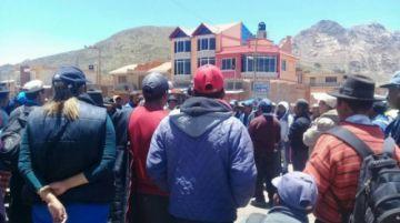 Bloqueadores en Betanzos debaten sobre el paso de delegación chuquisaqueña