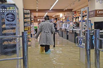 Las inundaciones obligan a cerrar plaza San Marcos