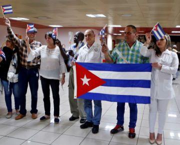 Llegan a La Habana médicos cubanos detenidos en El Alto