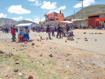 El bloqueo de caminos cierra  conexión de Sucre con el país