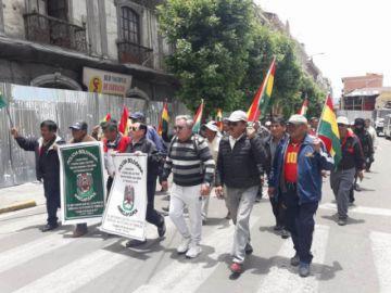 La Paz: Policías jubilados toman las calles en demanda de unidad y pacificación del país