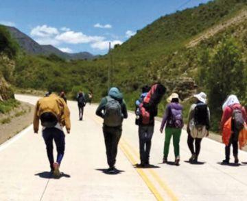 Viajeros caminan 12 horas o más por la ruta a Potosí