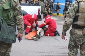 Vecinos atacan a policías y militares en las puertas del botadero municipal de Cochabamba