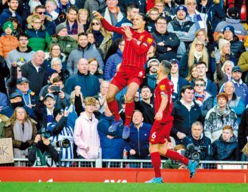 Liverpool gana y se aleja